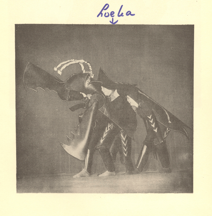 1946. Loeka als middendeel van vliegend hert, lustrumalbum Montessori Lyseum Amsterdam