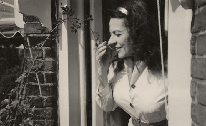 1960. Helma op haar Balkon, Minervalaan Amsterdam